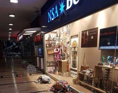 Câinii fără stăpân adăpostiți la mall pe timp de noapte, pentru a nu suferi de frig