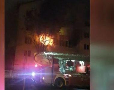 VIDEO | Bloc în flăcări la Bistrița. Un bărbat a murit în incendiul violent