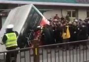VIDEO | Autobuz înghițit de craterul din asfalt. Șase călători și-au pierdut viața