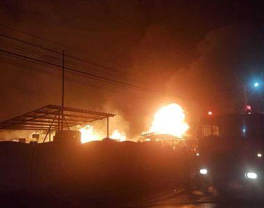 Incendiu devastator în Prahova  la o hală de depozitare şi producţie de saltele