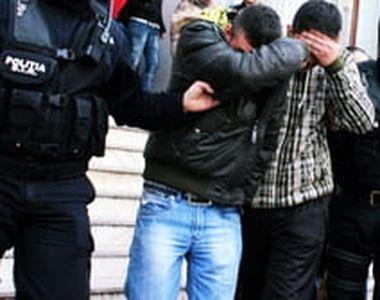 Doi tineri care au tâlhărit o femeie pe o stradă din Bucureşti, arestaţi