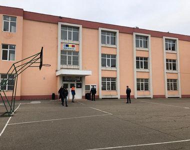 Un băiat de 12 ani s-a aruncat de la etajul al doilea al unui liceu din Constanţa. El...