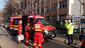 VIDEO | Sute de elevi de la o școală din București, evacuați după dezinfecție.  15 dintre ei au ajuns la spital