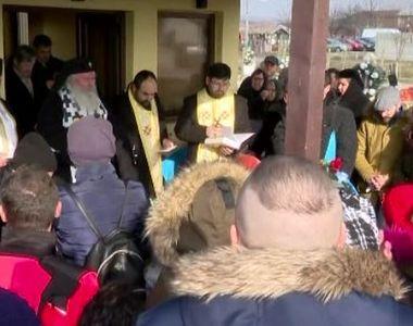 VIDEO | Momente sfâșietoare la înmormântarea celor patru frați care au ars de vii la...