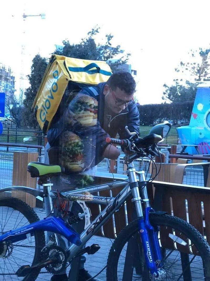 Povestea emoționată a bărbatului fără mâini care livrează mâncare și merge cu bicicleta la domiciliul oamenilor