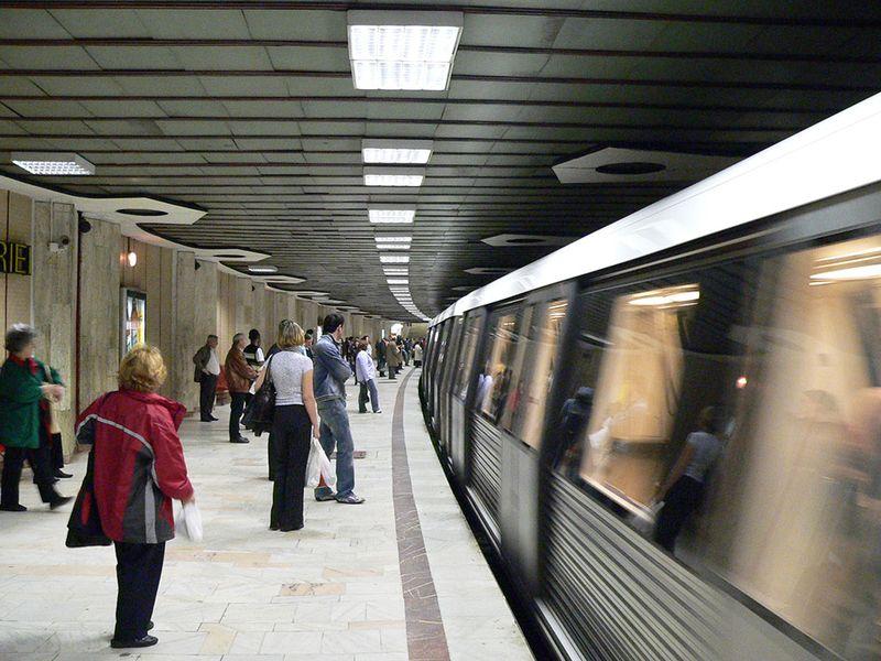 Panică la metrou, în București, după ce un călător a fost pe punctul de a fi tăiat de un scandalagiu, anunță Poliția Capitalei