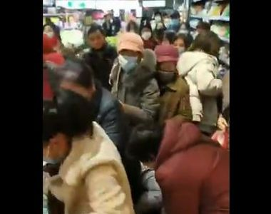 VIDEO | Imagini dramatice din Wuhan, orașul lovit de coronavirus. Mai multe femei se...