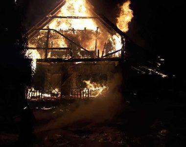 Cabană turistică din Munţii Şureanu, distrusă de un incendiu; aproximativ zece persoane...