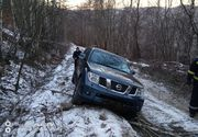 Bărbat rătăcit cu maşina în Ţinutul Pădurenilor, pe un drum cu zăpadă îngheţată, salvat de pompieri