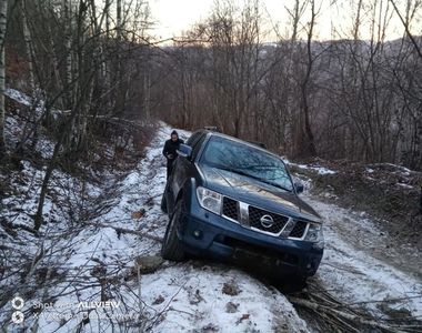 Bărbat rătăcit cu maşina în Ţinutul Pădurenilor, pe un drum cu zăpadă îngheţată, salvat...