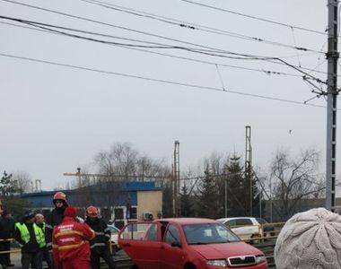 București: autoturism suspendat pe linia de tramvai. Circulația a fost blocată