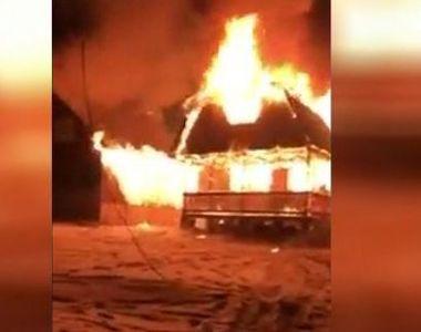 VIDEO | Incendiu uriaș la două case de vacanță. Ce au descoperit pompierii