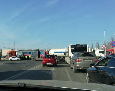 Trafic blocat pe centură: accident de proporții între un tir și un tren la intrare în...