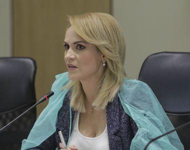 Gabriela Firea şi consilierii generali ai PSD, cu halate şi măşti de protecţie, la...