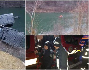 Tragedie pe DN 7. O platformă cu autoturisme, căzută în râul Olt