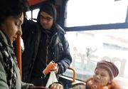 Controlorii de tramvaie împart măști anti-gripă pasagerilor. Cât de gravă e situația?