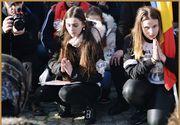 Colegii Alexandrei Măceșanu, în genunchi, în Piața Universității! Imagini emoționante cu tinerii din ansamblul folcloric din care a făcut parte victima lui Dincă