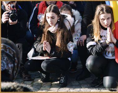 Colegii Alexandrei Măceșanu, în genunchi, în Piața Universității! Imagini emoționante...