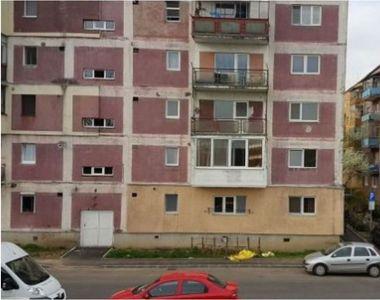 O tânără de 16 ani din Vâlcea s-a aruncat de la etajul 4