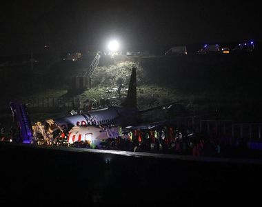 Imaginile groazei: Un avion cu 177 de pasageri se rupe în două şi ia foc după ce iese...