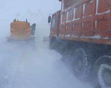 Constanţa: Ambulanţă rămasă înzăpezită, mai multe maşini derapate, copaci rupţi vânt,...
