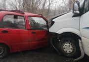 Doi oameni și-au pierdut viața după ce șoferul unui autoturism a intrat pe contrasens și s-a izbit în plin de un microbuz
