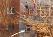 Scene șocante în Craiova! O tânără care s-a aruncat de la etaj a fost salvată de vecini în ultimul moment cu ajutorul unui cearșaf