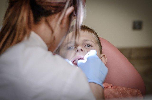 Copil in coma dentist