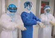 VIDEO | Imaginile zilei vin din China lovită de coronavirus: Medicii poartă câte două măști de protecție și două rânduri de mănuși