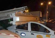 VIDEO | Panou de mari dimensiuni, prăbușit peste cinci mașini