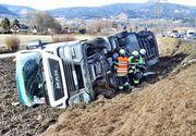 Un tir românesc a fost aruncat de pe autostradă în timpul furtunii. Șoferul se află în stare gravă