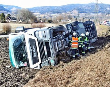 Un tir românesc a fost aruncat de pe autostradă în timpul furtunii. Șoferul se află în...