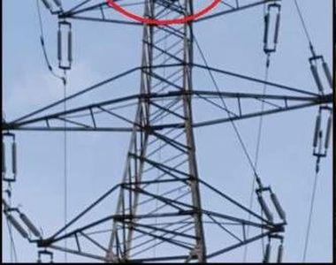 Iași: un tânăr s-a urcat pe un stâlp și amenință că se sinucide