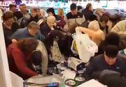 Coronavirus România. Isterie generală: rafturile magazinelor sunt goale, iar oamenii se calcă în picioare