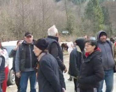 VIDEO | Revoltă din cauza coronavirusului, la Nucșoara. Localnicii au ieșit în stradă