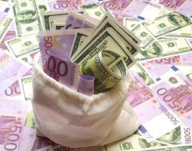 Euro coboară spre 4,8 lei, dar rămâne aproape de nivelul record