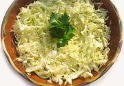 Salată de varză proaspătă. Secretul pentru cea mai sănătoasă garnitură pentur friptură