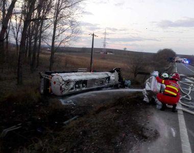 Cisternă cu benzină răsturnată pe DE 581; din autocisterna fisurată curge masiv...