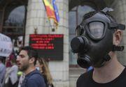 Zeci de persoane, unele cu măşti de gaze, au protestat în faţa Ministerului Mediului, faţă de poluarea din Capitală