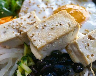 Tofu. Ce este, de fapt, acest produs de post? Are foarte multe contraindicații