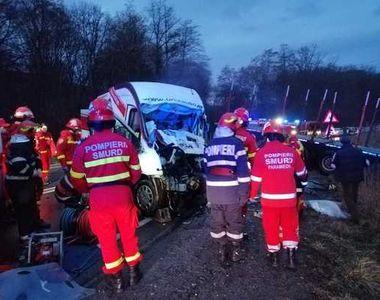 Doi bărbaţi au murit, după ce un TIR şi un microbuz de marfă s-au ciocnit pe DN 1, în...