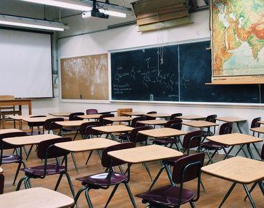 VIDEO | Școala închisă ține părinții acasă