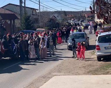Înmormântare cu lăutari și zeci de oameni la Onești în plină epidemie de coronavirus