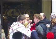 În plină pandemie de coronavirus, Arhiepiscopul Tomisului surprins când împărtășea enoriașii cu aceeași linguriţă