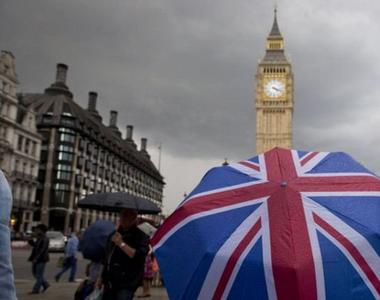 Marea Britanie închide şcolile pe termen nedefinit, în urma criticilor privind reacţia...