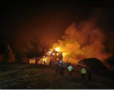 O casă din Brașov a fost distrusă în totalitate în urma unui incendiu
