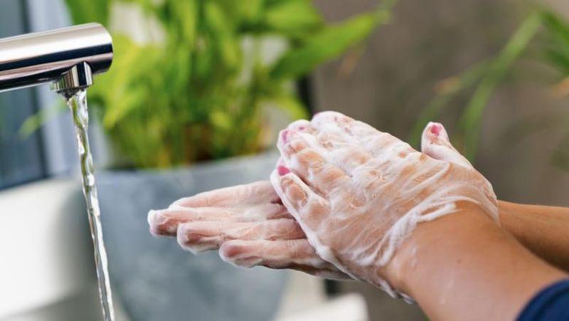 sapun coronavirus spalat pe maine