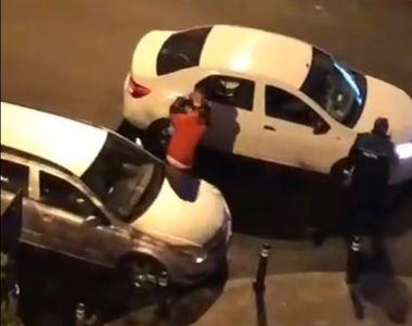 Realitatea din spatele imaginilor în care un polițist lovește cu sălbăticie un tânăr...