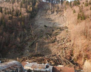 VIDEO| Dezastru la Azuga: Zeci de familii, fără un acoperiș deasupra capului. Un deal...