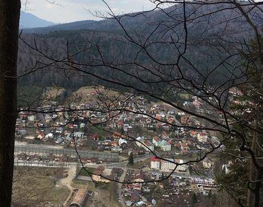 Imagini incredibile de la Azuga, acolo unde o alunecare de teren a pus în pericol...